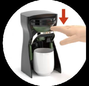 レバーを下げるだけで適量の粉末茶が出ます。。あとは水やお湯を注ぐだけおいしいお茶のできあがり